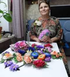 Это лишь небольшая часть работ авторства Клары Васильевой. Розы, орхидеи, одуванчики на брошках, венках и заколках сделаны из фоамирана, а словно настоящие. Фото автораНа все руки мастерица Современница