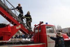 Ребят эвакуировали через окно при помощи выдвижной пожарной лестницы. Фото Марии СМИРНОВОЙВместо звонка — тревожная сирена эвакуация учебная тренировка пожарная безопасность