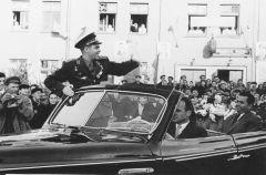 Фото Валентина Шемарова из архива редакции: 2 сентября 1962 года. Вернувшись в Чувашию после полета, Андриян Николаев триумфально проехал по чебоксарским улицам в кабриолете «ЗИС-110».Ко Дню космонавтики: фото с Андрияном Николаевым День космонавтики