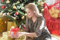 Марина Макарова уверена: новогоднее настроение — в подарках и сюрпризах, которые она заранее готовит  родным и друзьям.Списки желаний, квесты и Дед Мороз на дом традиции семья Новый год - 2020