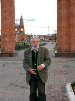 Геннадий Айги в Новочебоксарске. Октябрь 2004 года. Фото Валерия БаклановаАйги. Здесь юбилей Айги Геннадий Айги