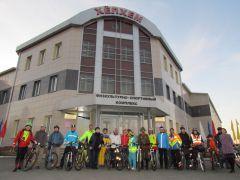 Группа на фоне ХелхемСели мы на велик – взяли курс на Элĕк велопробег День Победы