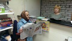 Ольга Жукова (справа) и Валентина Ивановна обсуждают последние новости. Фото автораНародный магазин,  который ждали Новая точка продаж