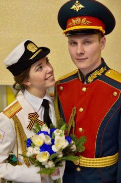 """""""Мой супруг одет в особую церемониальную летнюю парадную, а я — в особую парадную форму военнослужащих женского пола. Она белого цвета. Так что традицию белого цвета наряда невесты я сохранила"""", — отмечает Виктория.Как в самых романтических фильмах"""