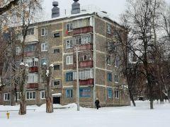 Такую картину на днях я обнаружил по дороге в поликлинику № 1. Здесь, мимо дома № 10 по ул. Терешковой, ежедневно проходят сотни людей. Фото автораПро снежок, льдинки и глыбы-убийцы Фотофакт Комфортная среда