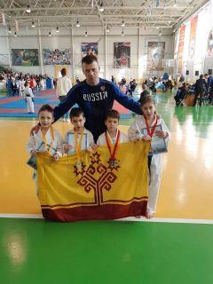 Тренер Николай Федоров и его маленькие чемпионы.  Фото Федерации карате WKF ЧувашииМаленькие, да удаленькие! карате