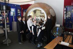 """Пожалуй, главный экспонат музея космонавтики в Шоршелах — капсула спускаемого аппарата корабля """"Восток"""". Около нее всегда задерживаются посетители. Фото Марии СмирновойНаследники космической славы фоторепортаж"""