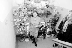 Владислава Анитова и цветущая новогодняя сакура.  Фото Марии СмирновойКрасота под Новый год инициатива