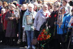 Родственники умерших чернобыльцев принесли на митинг их портреты.  Фото Марии СмирновойСквозь горечь полыни Чернобыльская АЭС Чернобыльская авария