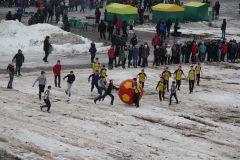 """Пока рыбаки сидели у лунок, другие участники фестиваля с упоением гоняли в """"Гигантский футбол"""", разделившись на команды.Ни хвоста, ни чешуи  зимний рыболовный фестиваль"""
