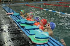 """В бассейне """"Дельфин"""". Фото Марии СМИРНОВОЙФедаил ЧЕКАЕВ: До 700 малышей ставим на воду ДЮСШ-2"""