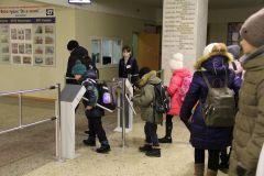 Утро в школе № 20: даже у учеников младших классов проход через турникет сложностей не вызывает. Фото Марии СмирновойЦена безопасности Безопасность