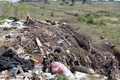 Ул. Южная: мусор так же на месте. Фото Марии СМИРНОВОЙОкружили! мусор в городе