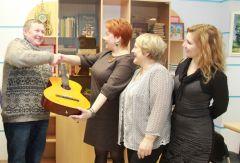 Гитару редакции вручает Николай Абрамов. Фото Марии СмирновойГитара обещает  новые песни и встречи