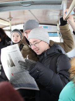 """Читать """"Грани"""" в троллейбусе интереснее! Фото Марии Смирновой""""Грани"""" на маршруте"""