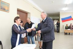 Глава администрации Игорь Калиниченко получает избирательные бюллетени. Показательный момент:  кому доверяют горожане? фоторепортаж Выборы-2016