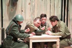 """Сцена из спектакля """"Четыре солдата в поисках мира"""". Фото Марии СмирновойМожно ли оставаться  человеком на войне? спектакль Мим-театр «Дождь»"""