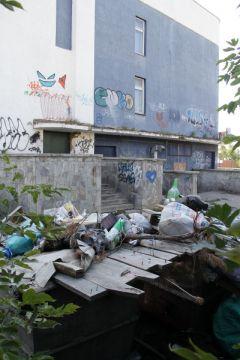 Фото Юрия НИКАНДРОВАСвалка у храма искусств мусор