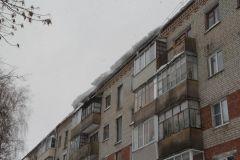 На ул. Советской, 8 упавшим с крыши снегом сорвало провода. Фото Максима Боброва Ты туда не ходи,  или Снег на голову сосульки снег
