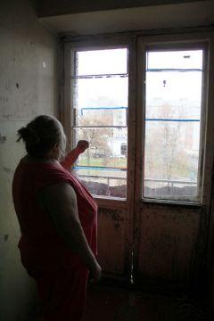 """Вот окно балкона, которое застеклили после обращения в """"Грани"""". Фото Марии СМИРНОВОЙЗастеклили  балкон Грани помогают"""