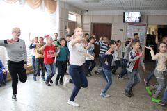 """Ученики 3 """"а"""" и 9 """"в"""" школы № 5 дарили горожанам хорошее настроение, зажигая танцевальным ритмом и веселыми движениями всех пришедших на участок.Показательный момент:  кому доверяют горожане? фоторепортаж Выборы-2016"""