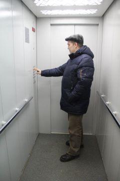"""Лифт в подъезде по ул. 10-й пятилетки, 5а. В новых домах лифты не просто новые, а приспособленные для маломобильных групп населения — с двумя панелями управления и двумя входами.ООО """"Новлифт"""": Ехать лучше, чем идти ООО """"Новлифт"""" Новлифт лифт"""