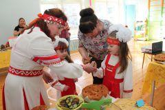 Чувашские блюда пришлись по вкусу ребятишкам.  Фото Марии СмирновойНа языке малой родины День чувашского языка
