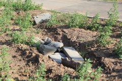 Опасный строительный мусор оставлен подрядчиком на газоне.На газоне лебеда Комфортная городская среда благоустройство