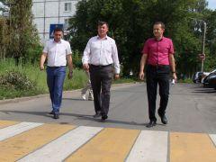 На Школьном проезде. А.Андриянов, А.Фадеев, Д.Тютин (слева направо) осматривают отремонтированную дорогу. Фото Марии СМИРНОВОЙВремя идеальных дорог настает? Комфортная среда