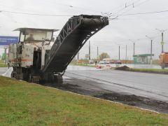 18 сентября дорожные рабочие фрезеровали асфальтовое полотно и демонтировали старые бетонные бордюры.Дождь ремонту не помеха Реализация нацпроектов БКАД
