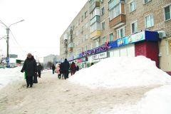 """Открывшаяся недавно """"Пекарня"""" """"растит"""" сугроб прямо на тротуаре. Фото Максима БоброваСугроб все шире и выше уборка дорог от снега снег"""