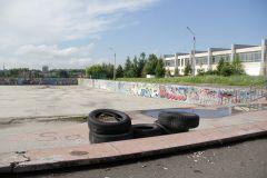 Бассейн забвения. А ведь раньше здесь кипела жизнь (см. фото ниже). Фото Юрия НикандроваМолодым у нас везде дорога? скейт-парк