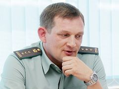 На вопросы отвечает Александр Мигунов.  Фото Юрия НикандроваБез долгов жить приятней судебные приставы