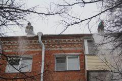 Работаем без страховки, кидаем снег на головы новочебоксарцам. Фото Марии СмирновойОт благого дела до преступления недалеко