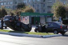 Кто прав, а кто виноват — это работа полиции. Опытный водитель, увидев потенциального нарушителя, включает функцию ДДД (дай дураку дорогу), так как знает, что при столкновении виноват один, а страдают и ремонтируются оба. В этом ДТП про ДДД забыли.Не поделили главную Хватит погибать на дорогах ДТП