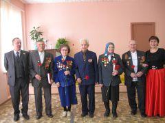 На память о встрече. Фото автораЧествуют непобедимых День Победы ветераны
