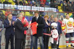 Владимиру Лащенову вручили именной хоккейный свитер.  Фото Марии СмирновойИ было это 40 лет назад ХК Сокол