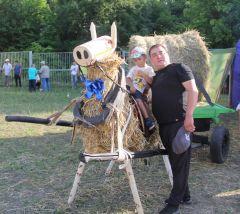 А дети смогли оседлать соломенного коня.Какие же красавцы,  дух захватывает Всероссийские конные бега