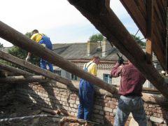 Демонтаж старого покрытия начался (дом № 8 по ул. Ж.Крутовой). Старый дом подарит новый уют капремонт День строителя