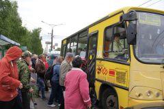 Автобус в Заволжье утром штурмуют толпы дачников.  Фото Марии СМИРНОВОЙЕдем на дачу общественный транспорт маршрутка дача