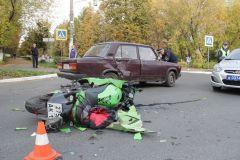 Фото Валерия СулагаеваЖелтый свет - проезда нет. В Новочебоксарске столкнулись мотоцикл и ВАЗ-2105 ДТП