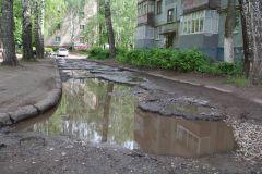У дома № 22 по ул. Коммунистической. Сюда программы по ремонту дорог еще не добрались. Все дворы, все дороги приведут в порядок в Новочебоксарске до 2022 года. Продолжение дороги дворы
