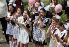 """Так девчата в школе № 8 поддерживали танцующих одноклассников.Сказали школе """"До свидания!"""" Последний  звонок"""