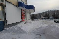 Ул. Советская, 14а. 1 февраля здесь проходила граница цивилизации. Пока верстался номер, снег тут был оперативно убран.  Вот бы и по другим адресам собственники, арендаторы и управляющие компании так же оперативно решали проблемы. Снежные контрасты уборка дорог от снега