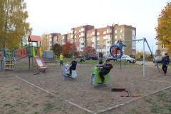 Дети с удовольствием пользуются новыми игровыми комплексами на ул. Парковой в Новочебоксарске. Их безопасность — приоритет органов власти Чувашии. Фото Валерия СулагаеваСчастливое детство – безопасное Реализация нацпроектов Курс Чувашии