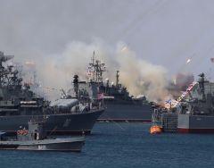 В военно-морском параде в Севастополе приняли участие более 3 тысяч военнослужащих, 42 корабля и суда обеспечения, 25 единиц наземной техники и 2 вертолета.Крымский отпуск — 2020: испытано на себе Путешествуем по России