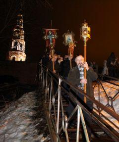 Священнослужители с хоругвями и крестами совершили крестный ход на источник возле храма.Теплая крещенская ночь! 19 января — Крещение Господне
