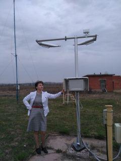 Наталья Софронова на метеорологической площадке в Чебоксарском  аэропорту у датчика регистратора погоды.Профессия – чувствовать погоду Человек труда