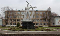 Памятник труженику перед НХМТ. Фото Ирины ХАННАСоветское, монументальное Неизвестный Новочебоксарск