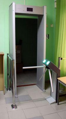 Центральный вход в детском саду № 48 уже оборудован турникетом.Чужой среди своих,  или Шпингалет как крайнее средство защиты Реализация нацпроектов Безопасность